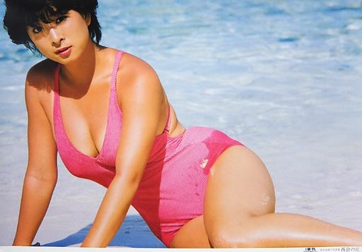 ピンク色の水着を着ている河合奈保子