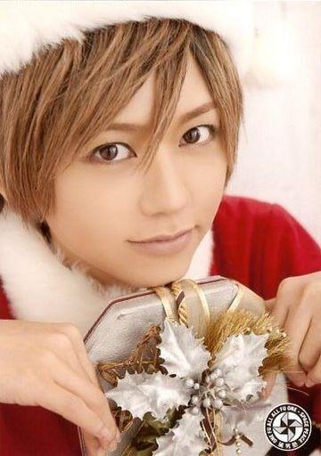 サンタの衣装でプレゼントを持ち微笑む風男塾での虎南有香