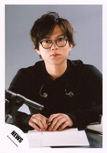 NEWS/加藤シゲアキ/上半身・衣装黒・眼鏡・口閉じ・背景