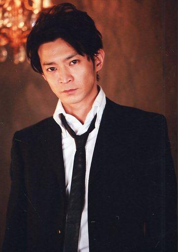 買取】津田健次郎/上半身・衣装白・黒・スーツ・左向き・背景