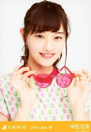 ピンクのメガネをもった中田花奈
