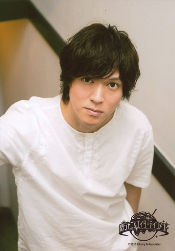 白シャツを着ている丸山隆平