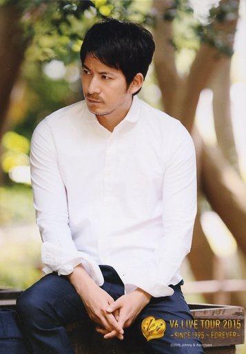 白いワイシャツのV6岡田准一