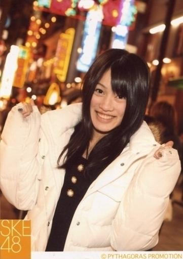 【中古】生写真(AKB48・SKE48)/アイドル/SKE48 山下ゆかり/上半身・衣装白黒・両手グー・屋外/公式生写真