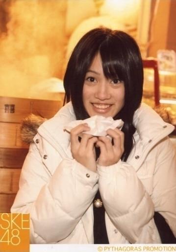 【中古】生写真(AKB48・SKE48)/アイドル/SKE48 山下ゆかり/上半身・衣装白黒・両手食べ物・笑顔・屋外/公式生写真