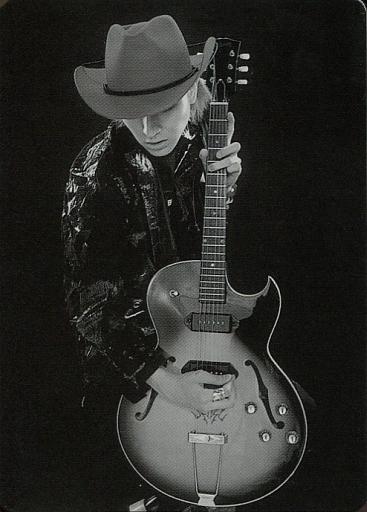 【中古】コレクションカード(男性)/トレーディングカード FEEL/TAIZO/膝上・衣装黒・両手ギター・帽子・背景黒・「SHINSEIDO」/トレーディングカード