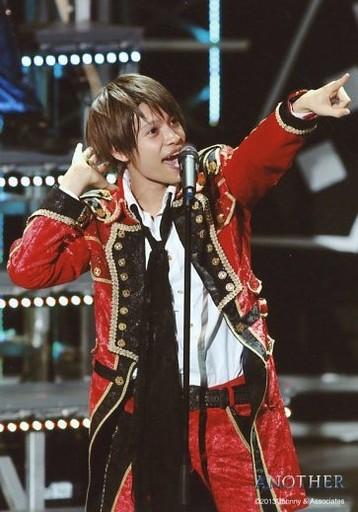 歌う赤い衣装の中間淳太