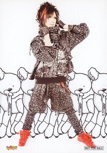 イロクイしゅうた全身衣装黒顔右向き両手上げイラスト背景