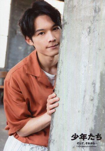 SixTONES/松村北斗/バストアップ・衣装オレンジ・右手壁/「少年たち そして、それから」オリジナルフォト