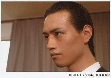 斎藤工/横型・顔アップ・衣装白・黒・左向き・口