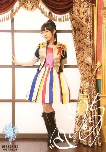 カラフルな衣装を着た佐藤聡美