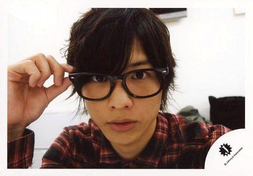 ジャニーズJr./松村北斗/横型・顔アップ・チェック柄衣装赤・右手眼鏡/公式生写真