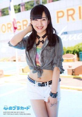 白色ショートパンツをはいている田島芽瑠