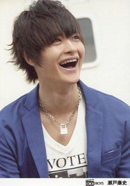 D,BOYS/瀬戸康史/バストアップ・衣装青.白・目線右上・笑顔/公式生写真