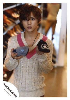 JUMP/山田涼介/上半身・ベージュ・ピンク・セーター・右手グレー靴・左手黒靴・背景靴/公式生写真