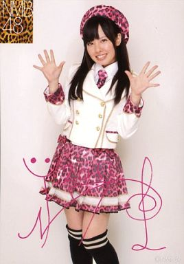 【中古】生写真(AKB48・SKE48)/アイドル/NMB48 山田菜々/膝上・両手パー・印刷サイン入り/個別生写真 第1弾