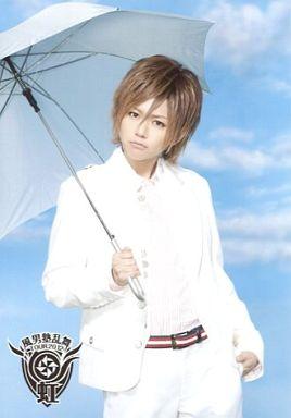 白いスーツで傘をさす風男塾での虎南有香