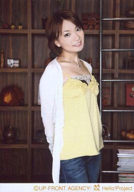 【中古】生写真(ハロプロ)/アイドル/モーニング娘。 モーニング娘。/保田圭/膝上・両手後ろ・衣装黄白・デニムパンツ・横にはしご・背景木の棚/公式生写真