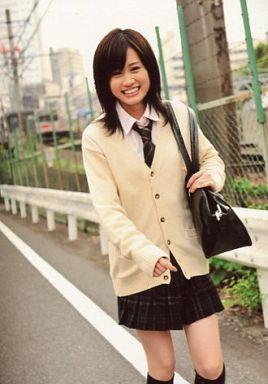 カーディガンを着た前田敦子
