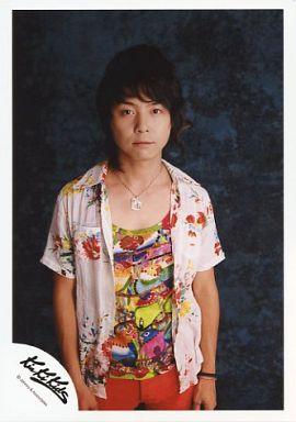 Kinki Kids/堂本剛/膝上・花柄シャツ白赤・インナーカラフル・背景緑黒/公式生写真