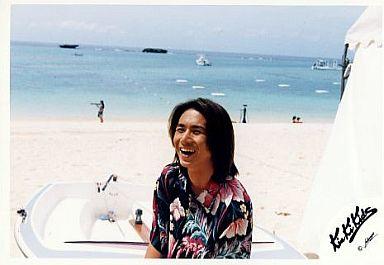 KinKi Kids/堂本光一/横型・バストアップ・衣装花柄シャツ黒・笑顔・ボート・背景海/公式生写真