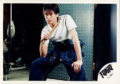 TOKIO/松岡昌宏/横型・膝上・衣装白、デニム・前屈み・右手ドラムスティック・目線左/公式生写真
