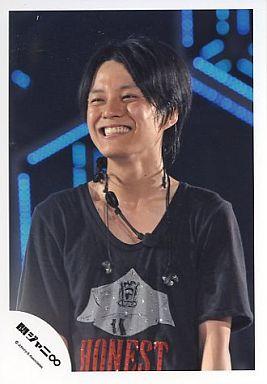 関ジャニ∞/渋谷すばる/シャツ黒・上半身・笑顔・背景青い