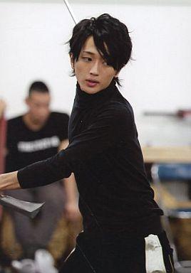 西島隆弘(キュウゾウ)/膝上・黒シャツ・体左向き・目線右・私服ショット/舞台「SAMURAI 7」