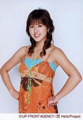 美勇伝/岡田唯/上半身・両手腰・衣装オレンジのワンピース・青いインナー・緑のネックレス/公式生写真