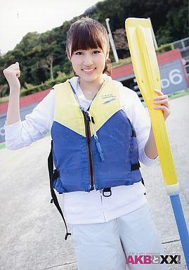 【中古】生写真(AKB48・SKE48)/アイドル/AKB48 小森美果/膝上・青のライフジャケット・左手オール・右手グー/AKBと×× vol.8