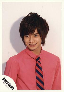 ピンクのシャツの中島健人