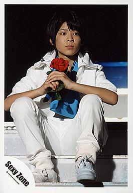 花を持って階段に座るの松島聡
