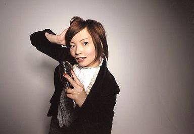 齋藤久美子(四楓院夜一)/横型・上半身・背景グレー・マイク/ROCK MUSICAL BLEACH/公式生写真