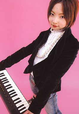 齋藤久美子(四楓院夜一)/膝上・キーボード・背景ピンク/ROCK MUSICAL BLEACH/公式生写真