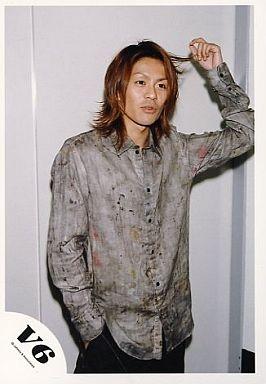 V6/森田剛/膝上・衣装グレー・右手ポケット・左手髪・背景白/公式生写真
