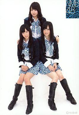 【中古】生写真(AKB48・SKE48)/アイドル/NMB48 山田菜々・山本彩・渡辺美優紀/全身・制服・青の豹柄ネクタイ・スカート/公式生写真