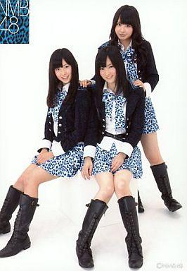 【中古】生写真(AKB48・SKE48)/アイドル/NMB48 山田菜々・山本彩・渡辺美優紀/全身・制服・青の豹柄ネクタイ・豹柄スカート・笑顔/公式生写真