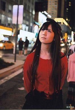 【中古】生写真(AKB48・SKE48)/アイドル/AKB48 佐藤すみれ/膝上/赤カーディガン/AKB48の海外旅行日記