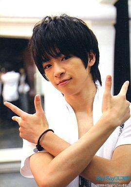 JUMP/知念侑李/バストアップ・Tシャツ白・タオル・手を交差・「SUMMARY 2010」/公式生写真