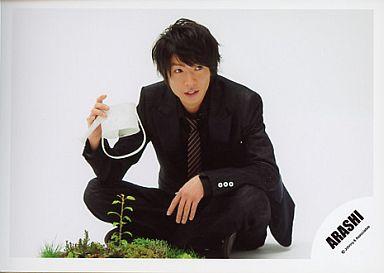 黒スーツの相葉雅紀