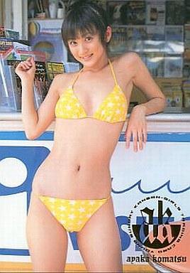 黄色い水着を着る小松彩夏