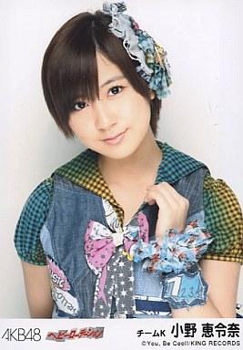 衣装を着ている小野恵令奈