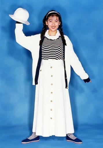 中山美穂/全身・衣装白・黒・右手帽子・背景青/VHS「おしゃれのすべて-美・ファンタジー」特典ブロマイド