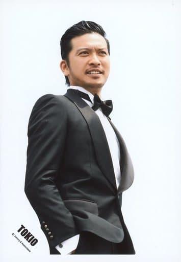 TOKIO/長瀬智也/上半身・衣装黒白・蝶ネクタイ・スーツ・右手ポケット・体右向き・目線右上・背景白/公式生写真