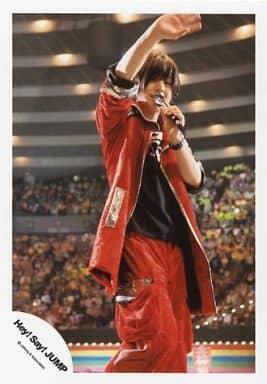 Hey!Say!JUMP/山田涼介/ライブフォト・膝上・衣装赤・右手上げ・手振り・左手マイク・体右向き/公式生写真