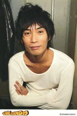 カナリア/安達健太郎/上半身・衣装白・腕組み・「LIVE STAND 09」・ポストカードサイズ/公式生写真