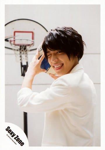 SexyZone/松島聡/上半身・衣装白・右目閉じ・舌出し・両手バスケットボール・ゴール・背景白/ガムシャラ!サマーステーション グッズ/公式生写真