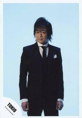 TOKIO/城島茂/膝上・スーツ黒・シャツ白・ネクタイ・目線左・背景水色/公式生写真