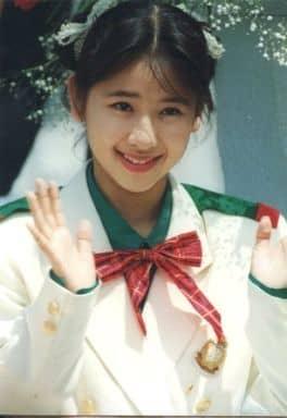 ribbon/佐藤愛子/バストアップ・衣装白緑・リボン赤・両手パー・背景グレー/公式生写真