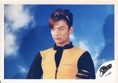SMAP/香取慎吾/横型・バストアップ・衣装黄、黒・サングラス・背景遠見/公式生写真